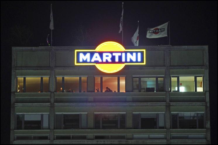 L'insegna Martini illumina ancora Milano