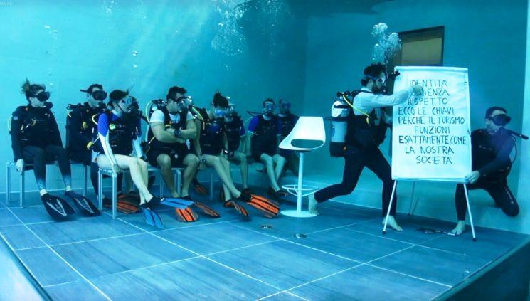 In Italia la prima presentazione subacquea di un libro