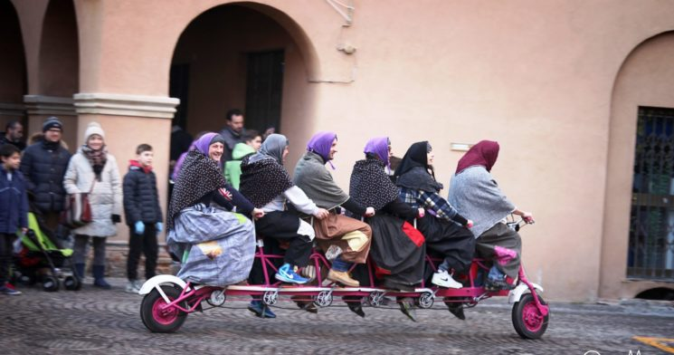 Ad Urbino la befana scenderà dal tetto, ad Urbania arriva sui pattini