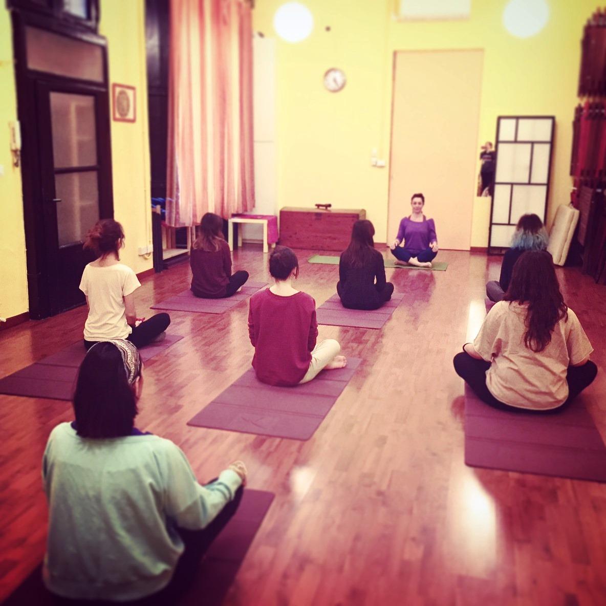 Risultati immagini per classe di yoga