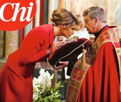 """Su """"Chi"""" Melania Trump, la prima first lady cattolica dai tempi di Jackie Kennedy, mentre bacia la corona di spine"""