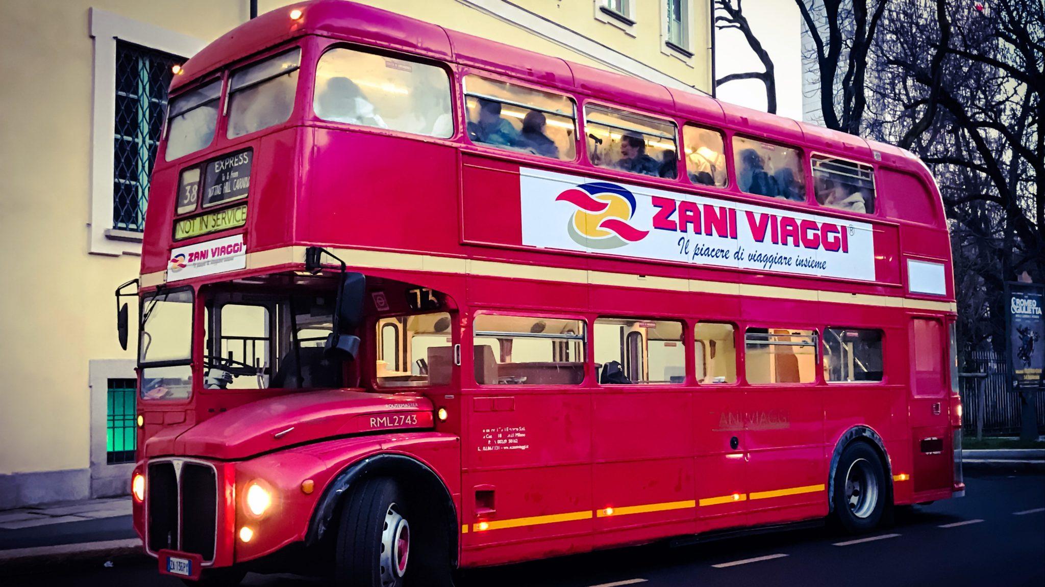 Neiade milano tours con il bus rosso a due piani alla for Aprire i piani casa a due piani di concetto