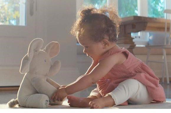 Spin Master – Linea Baby Gund: Flappy, l'elefantino interattivo che canta e muove le orecchie