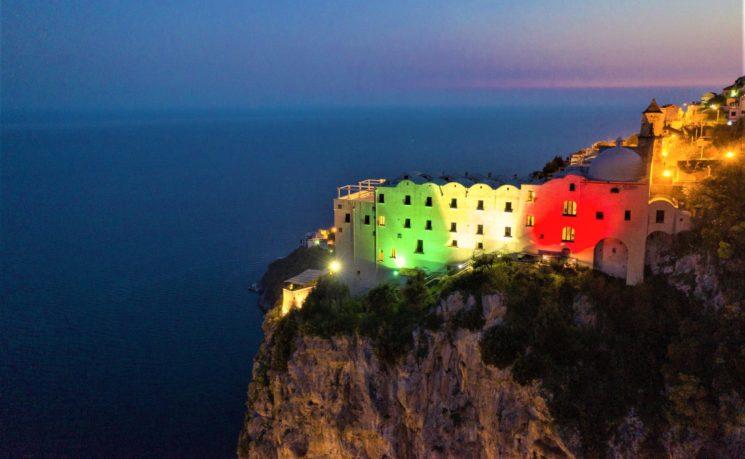 Il Monastero Santa Rosa di Conca dei Marini s'illumina del Tricolore
