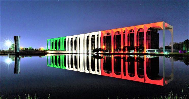Palazzo Mondadori illuminato dal tricolore