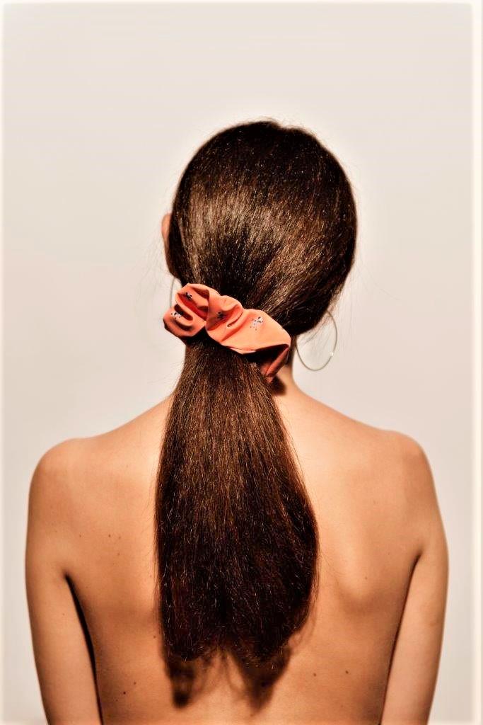 Moda capelli: elastici Pollyswimwear in tessuto Carvico abbinati al costume