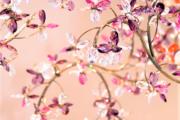 Windfall: una grande collana e un ramo di fiori