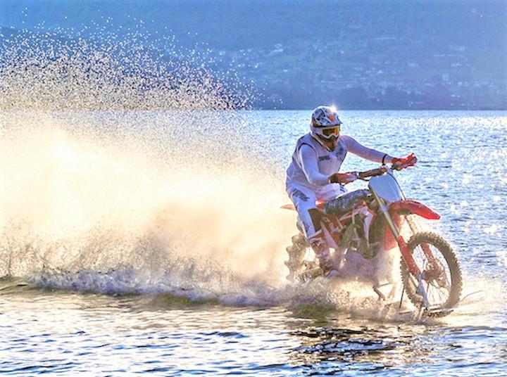 Nuova sfida per Luca Colombo: la traversata dello Stretto di Messina con una moto da cross