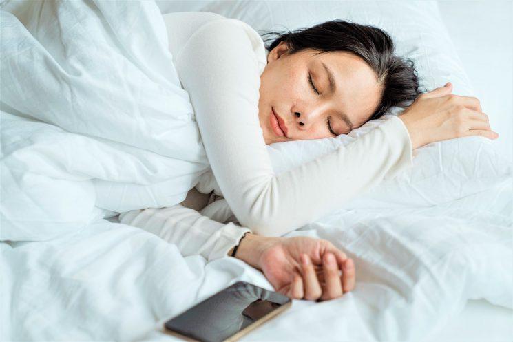 Indagine Emma – The Sleep Company: 3 italiani su 4 non rinunciano allo smartphone sotto le coperte