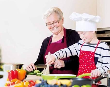 Festa dei Nonni in RSA. Sfida ai fornelli tra generazioni